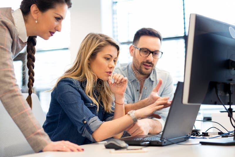 小组以一团队工作在办公室的商人和软件开发商 免版税图库摄影