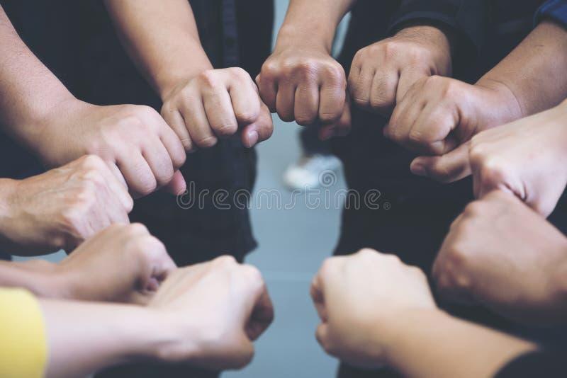 小组企业队工作与力量一起加入他们的手和成功 免版税库存照片