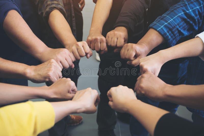 小组企业队工作与力量一起加入他们的手和成功 免版税图库摄影
