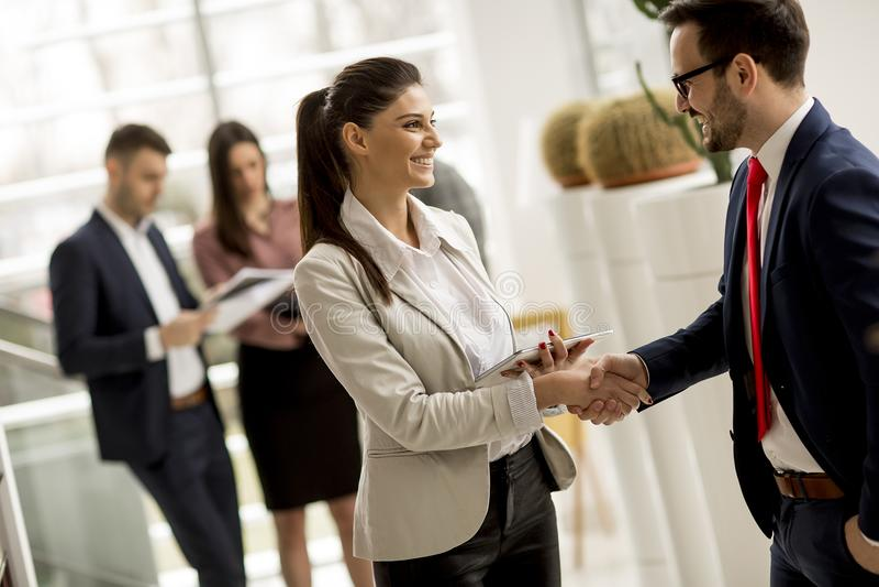 小组会议暂时代替的买卖人在办公室 免版税图库摄影