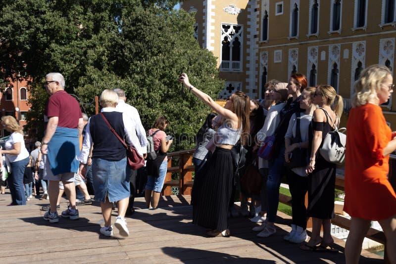 小组做在纪念碑前面的游人女孩selfie 免版税库存图片