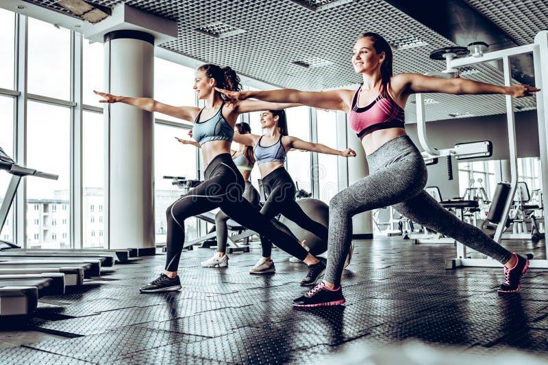 小组健身房训练的嬉戏人 图库摄影