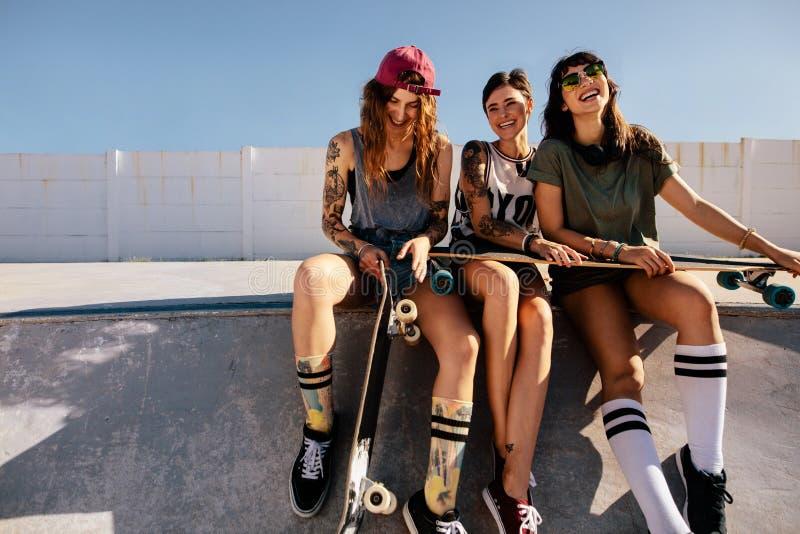 小组冰鞋公园的微笑的妇女 库存图片