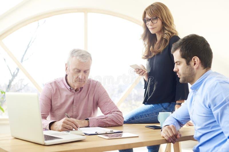 小组分析财务数据的商人 免版税图库摄影