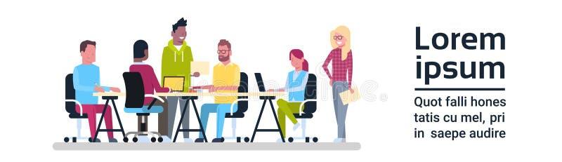 小组创造性的坐在办公桌激发灵感的人民工作的业务会议队 皇族释放例证