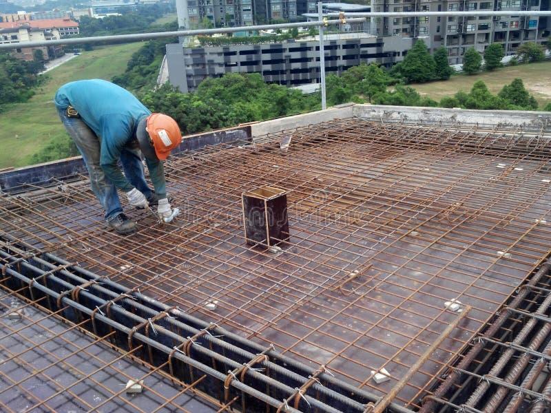 小组制造钢增强酒吧的建筑工人 免版税库存图片