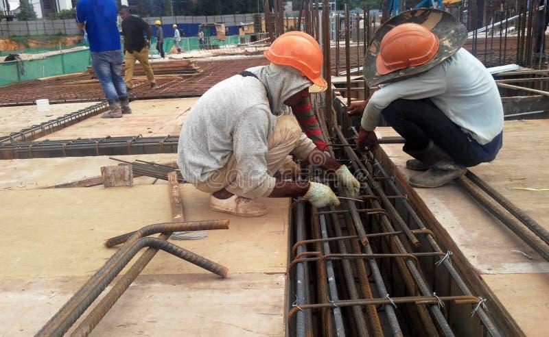 小组制造钢增强酒吧的建筑工人 免版税库存照片