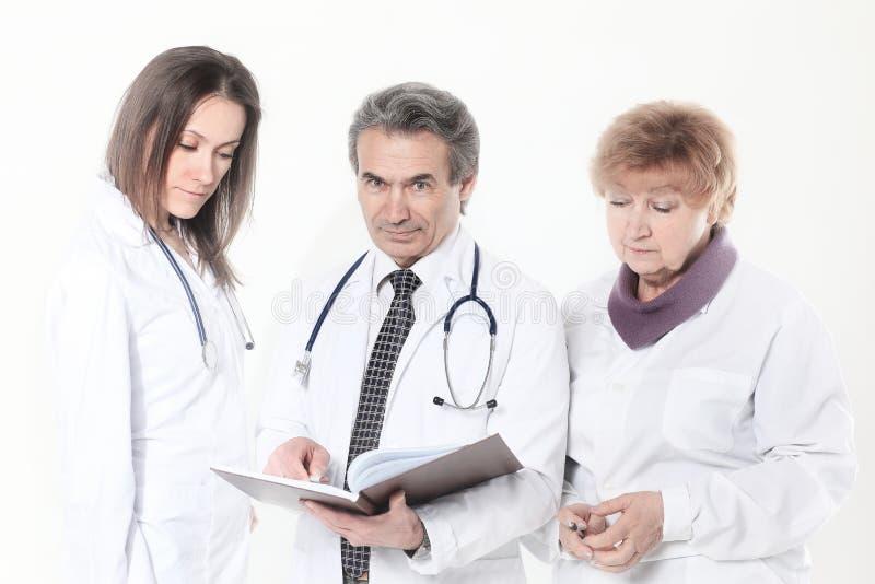 小组医生谈论患者的诊断 背景查出的白色 库存照片