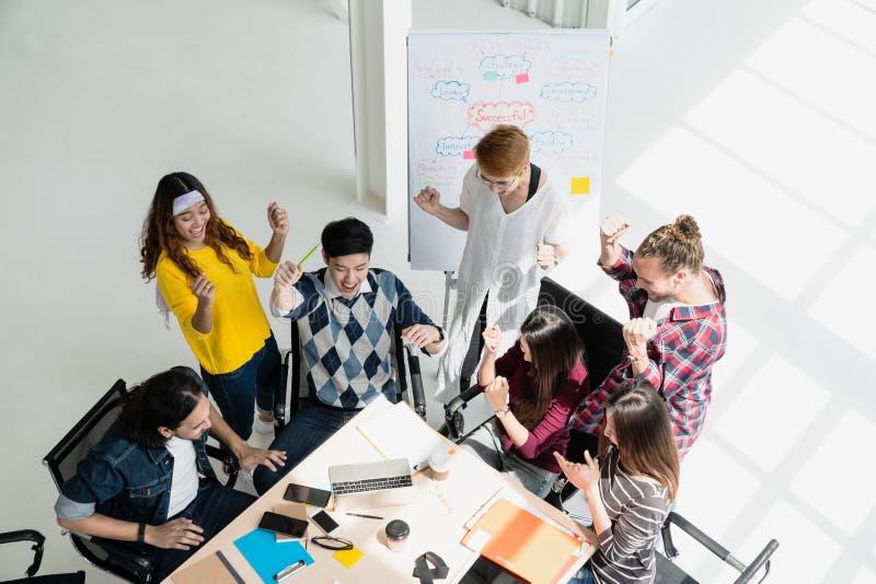 小组变化人合作微笑和快乐在成功工作在现代办公室 感到创造性的不同种族的配合愉快, 免版税图库摄影
