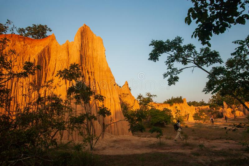 小组古老风景风景的游人在日落 圣地声浪Na Noi站点显示被腐蚀的砂岩美丽如画的风景  免版税库存图片