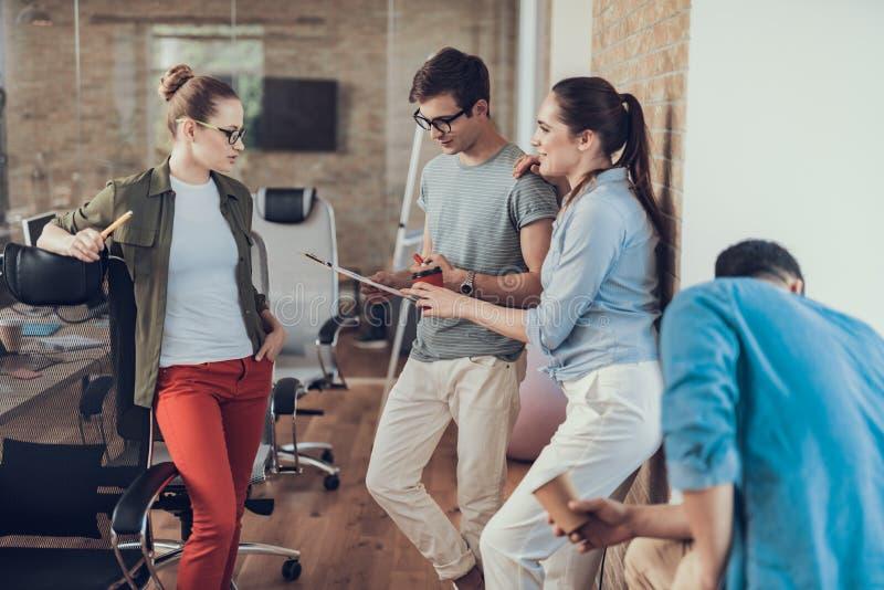 小组同事在办公室享受咖啡休息 图库摄影
