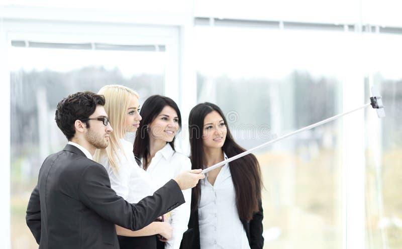 小组商人在办公室喜欢采取与队工作的Selfie在见面以后 库存图片