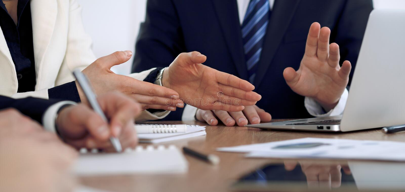 小组商人或律师在会议上,手特写镜头 免版税图库摄影