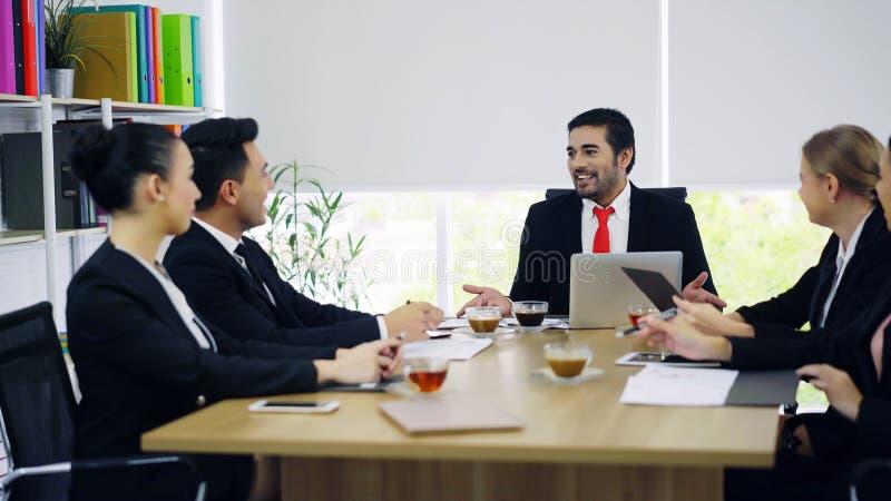 小组商人有讨论在会议室 免版税库存图片