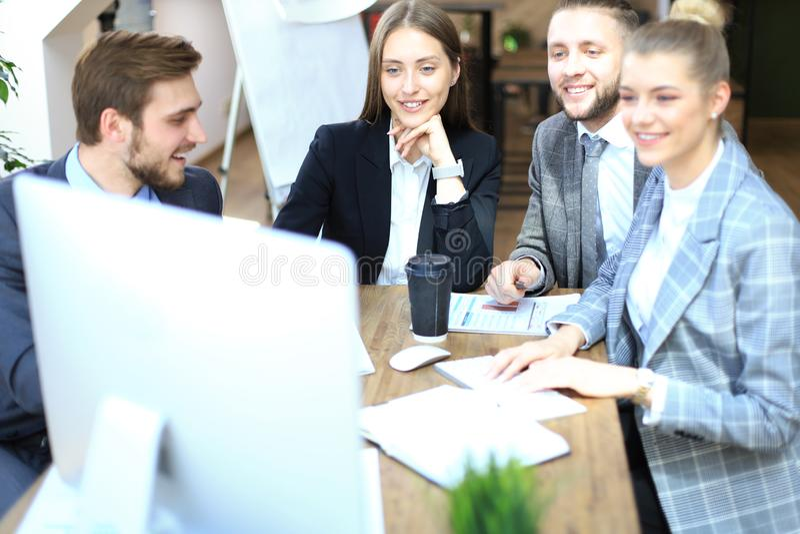 小组商务伙伴谈论战略在见面在办公室 免版税库存图片