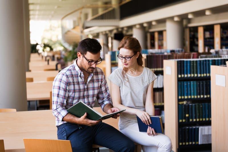 小组图书馆的大学生 免版税库存照片