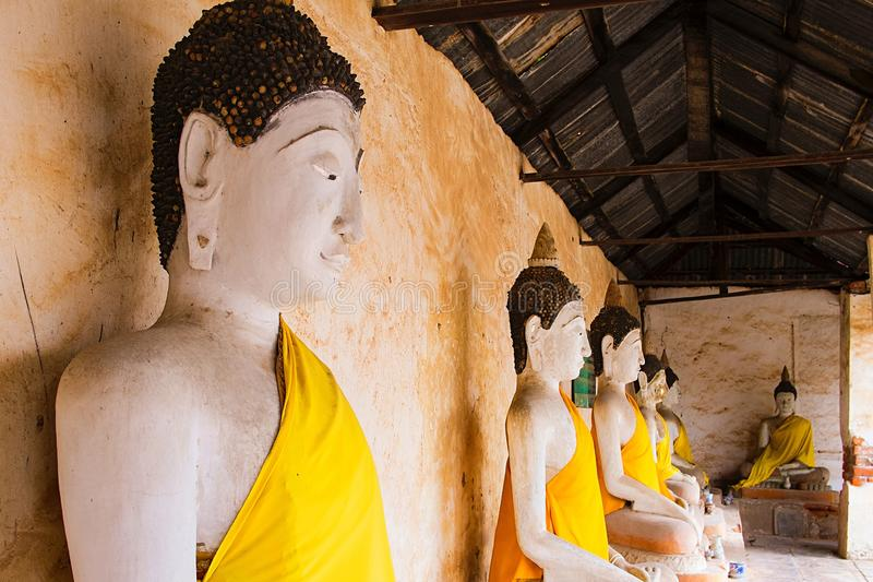 小组在佛教寺庙的菩萨雕象 库存图片