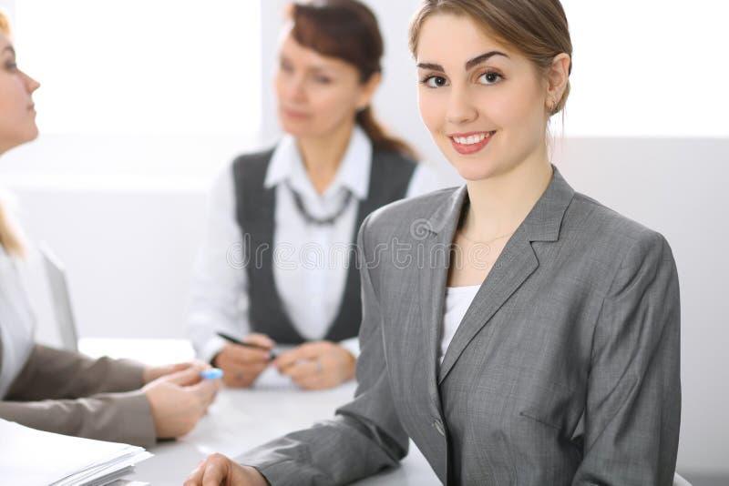 小组在办公室的商人 在中年妇女的焦点 免版税图库摄影