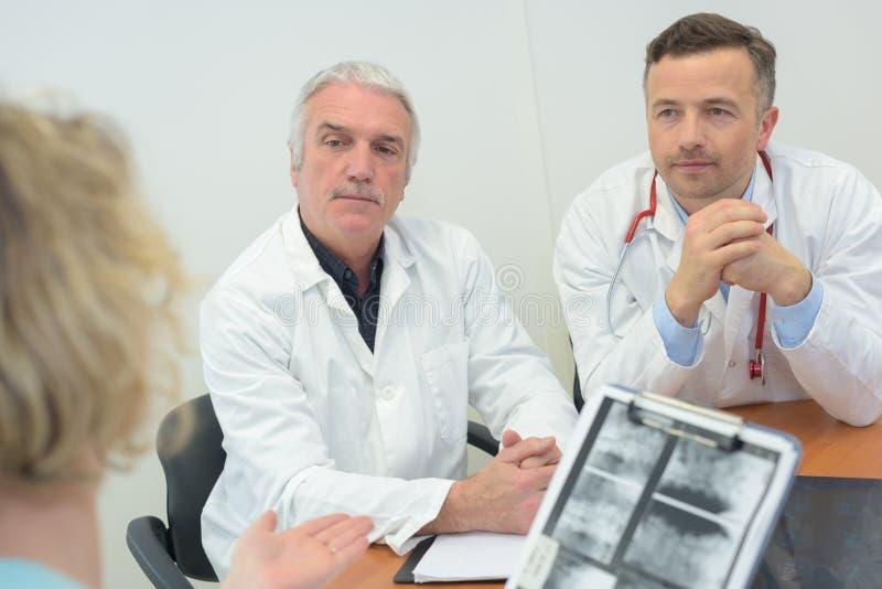 小组在医疗办公室篡改会议 免版税库存照片