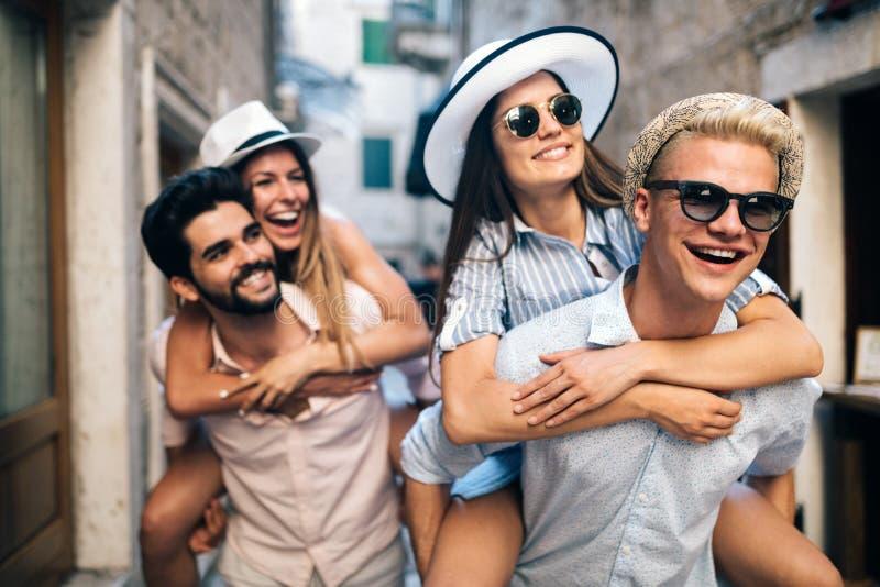 小组在城市街道上的年轻朋友住处 库存图片