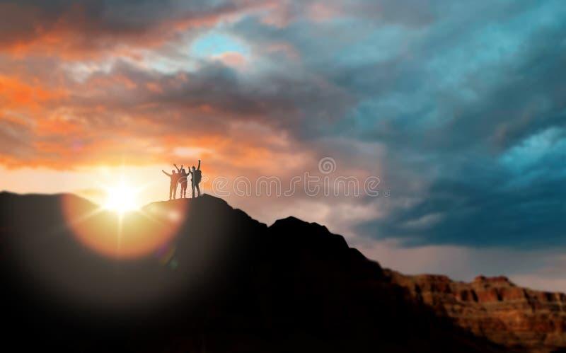 小组在日落的旅客在大峡谷 库存图片