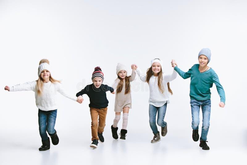 小组在明亮的冬季衣服的孩子,隔绝在白色 免版税库存照片