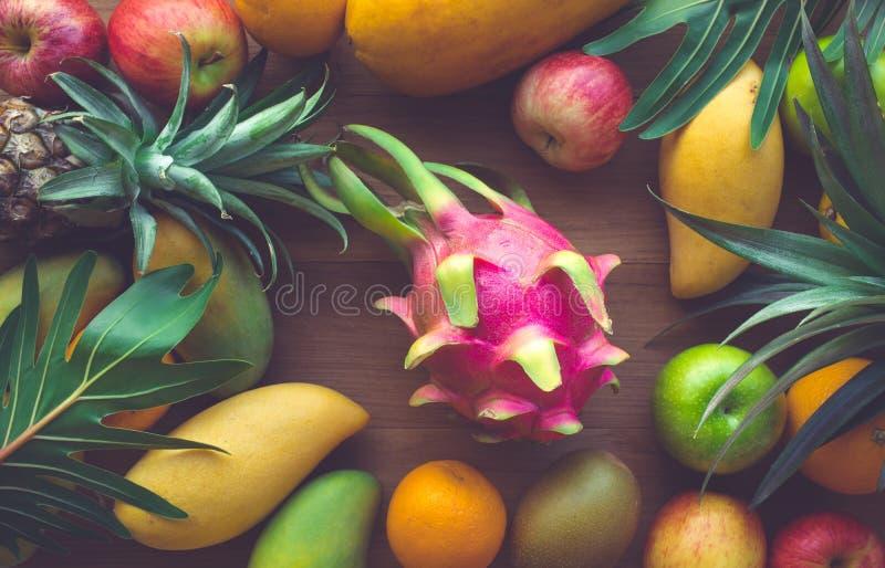 小组在木桌背景的果子 健康的概念 免版税库存照片