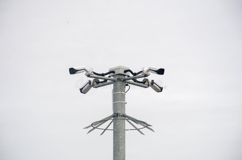小组在杆的安全监控相机 免版税库存图片