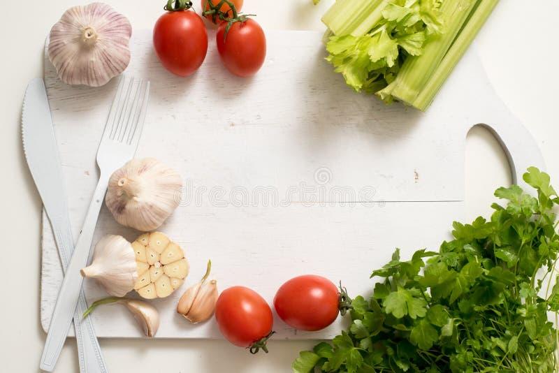 小组在白色背景大蒜荷兰芹蕃茄芹菜的印地安香料和草本区别商品在白色葡萄酒 库存照片
