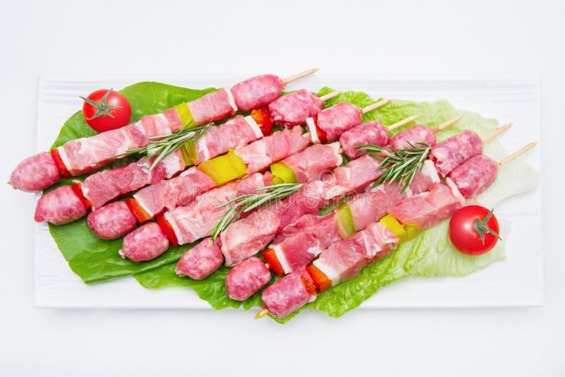 小组在盘的肉串在白色背景 免版税库存照片