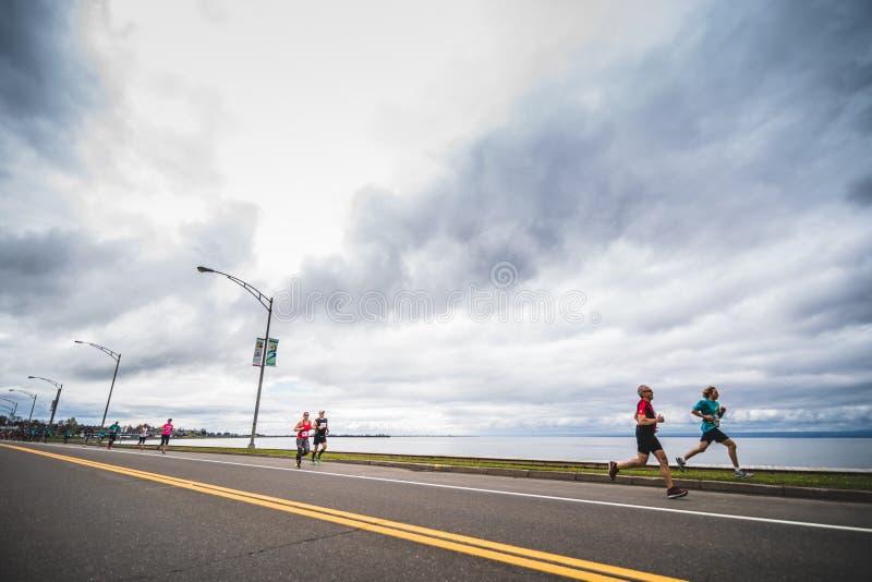 小组在直线之后的马拉松运动员 免版税图库摄影