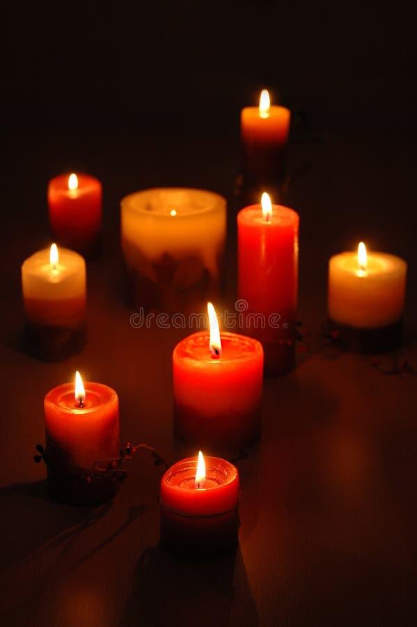 小组在黑暗的木背景的蜡烛 免版税库存照片