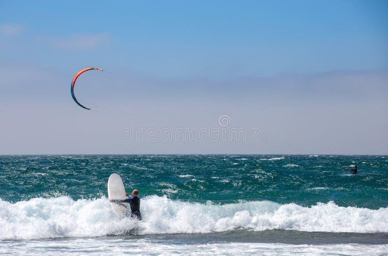 小组在kitesurfing的竞争体育的赛跑者在卡斯卡伊斯,葡萄牙,欧洲 库存照片