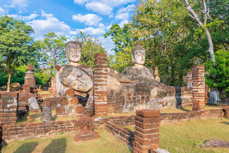 小组在Wat Phra Kaeo寺庙的菩萨雕象在甘烹碧府历史公园,联合国科教文组织世界遗产名录站点 库存图片