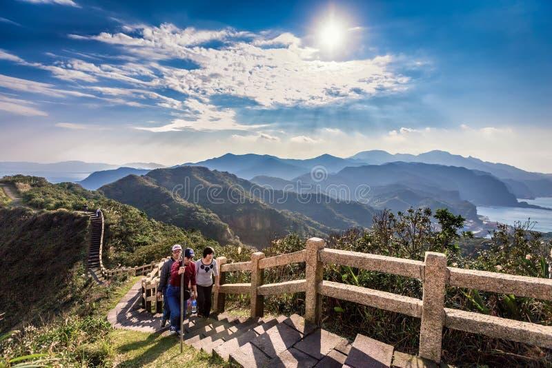 小组地方徒步旅行者参观美丽的Bitou海角公园在台湾 免版税库存图片