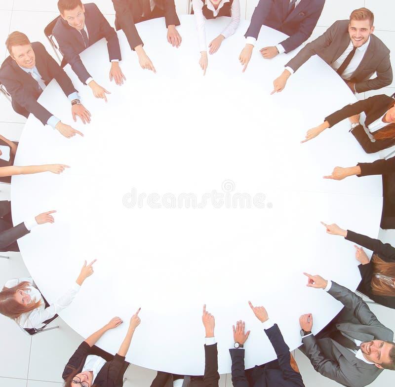 小组坐在圆桌上的商人 企业概念 皇族释放例证
