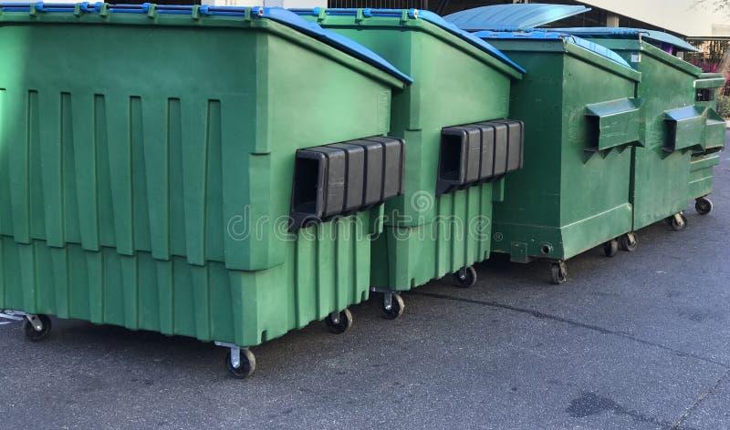 小组垃圾大型垃圾桶 r 免版税库存照片