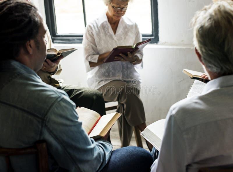 小组基督徒人民一起祈祷 免版税库存图片