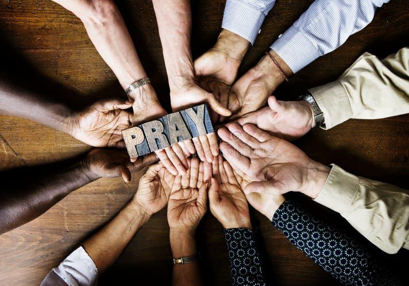 小组基督教人祈祷的希望一起 免版税库存照片