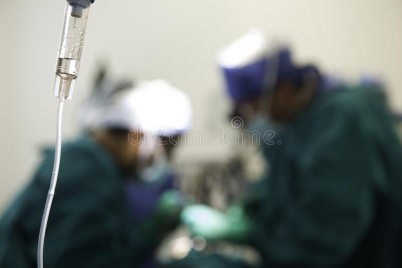 小组外科医生在工作在手术室 库存图片