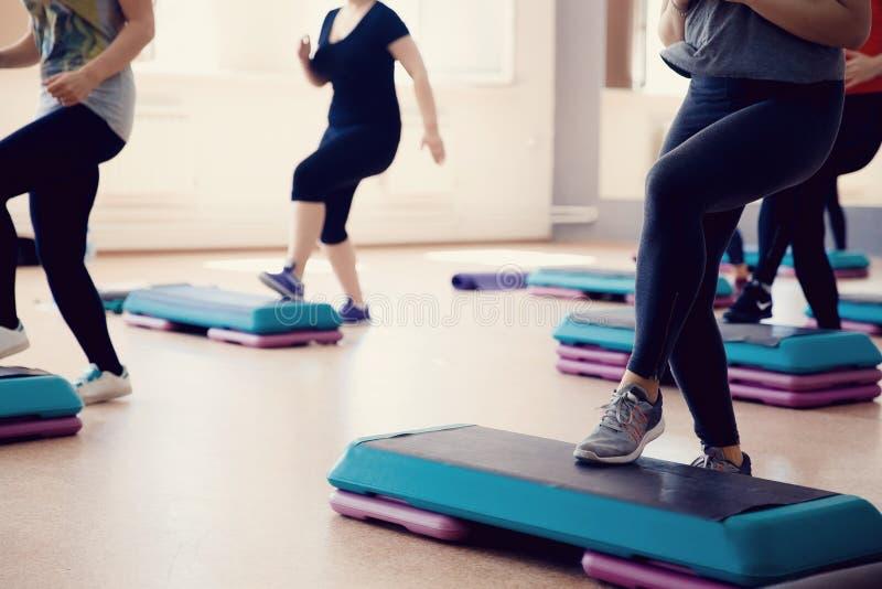 小组女孩参与在立场-健身的步 库存照片