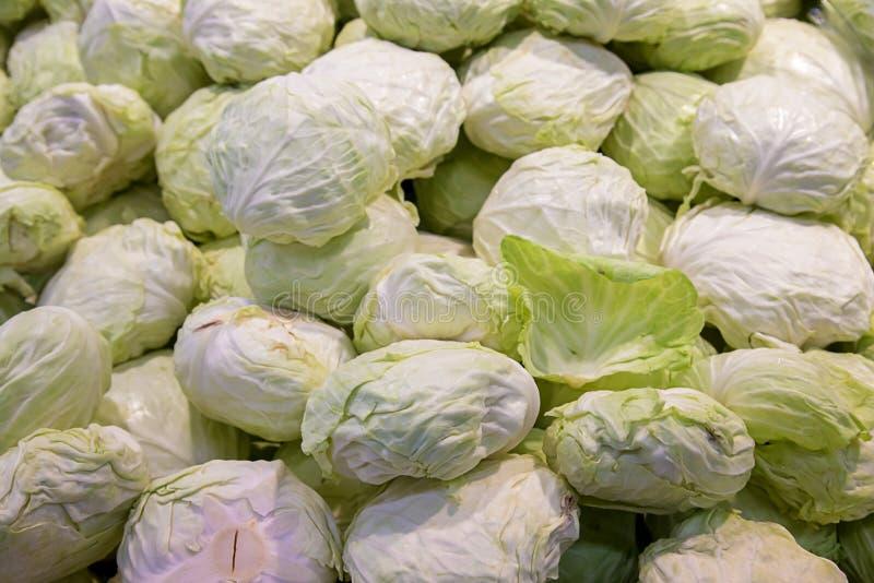 小组嫩卷心菜在超级市场 在销售中的嫩卷心菜堆在超级市场, 图库摄影