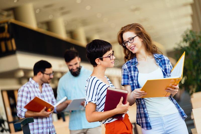 小组学习在图书馆的大学生 库存图片