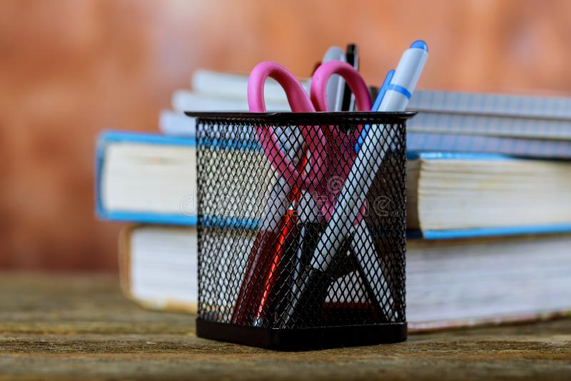 小组学校用品和书在木背景 库存图片