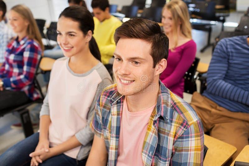 小组学生在教室里 免版税库存图片