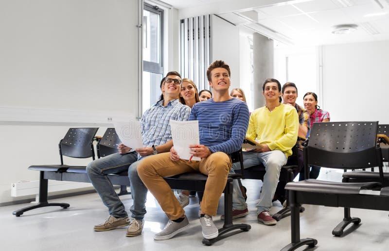 小组学生在教室里 免版税图库摄影