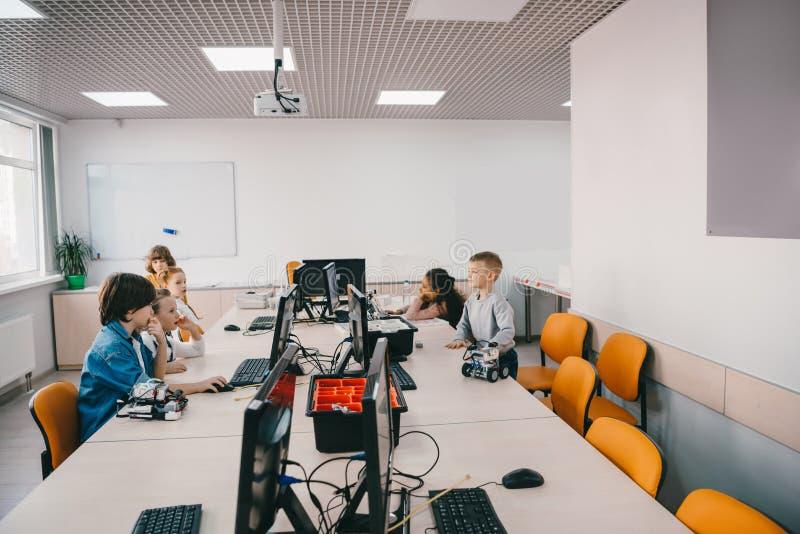 小组孩子与计算机一起使用 免版税图库摄影