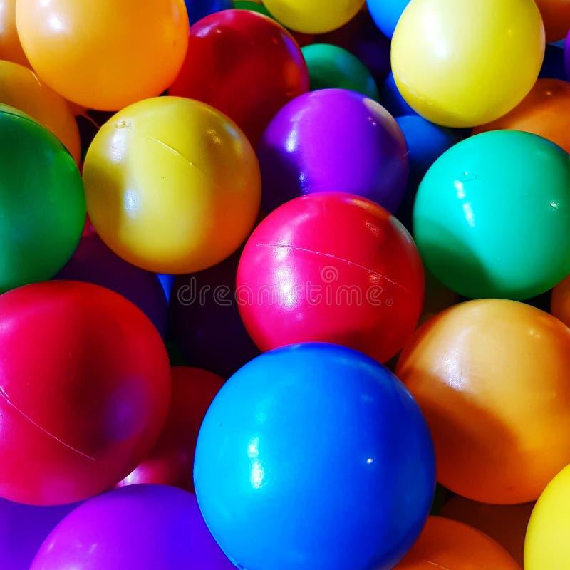 小组孩子的五颜六色的球 免版税库存照片