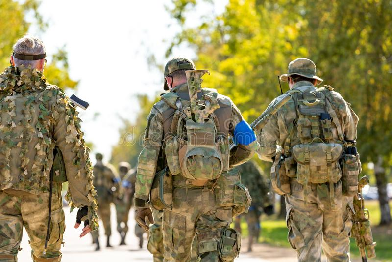 小组室外的战士在军队锻炼 战争、军队、技术和人概念 库存图片