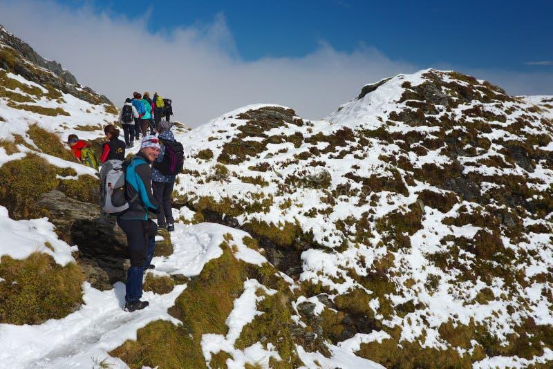 小组山土坎附近的滑雪胜地的Kaprun游人 免版税库存图片